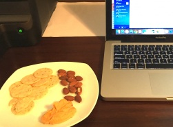 Snack time around 10am while working: almonds, rice crackers and hummus 😋